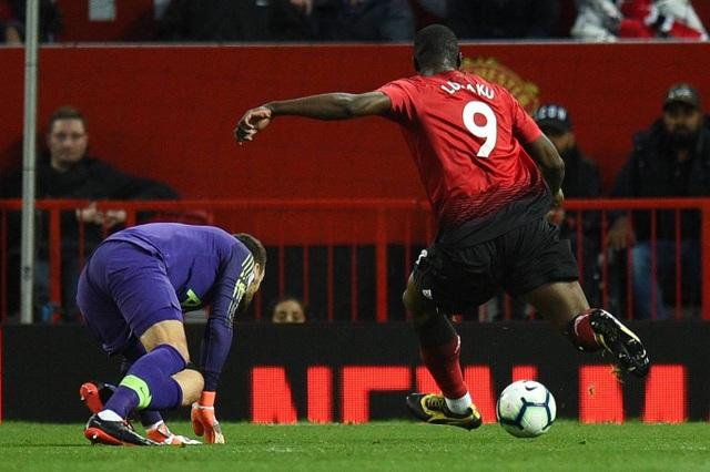 Lukaku có cơ hội ghi bàn ngon ăn ở phút 16, nhưng anh lại sút ra ngoài dù cầu môn trống trước mặt