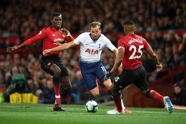 Kane trong vòng vây của các cầu thủ MU, tiền đạo người Anh đã tắt lịm trong hiệp thi đấu thứ nhất