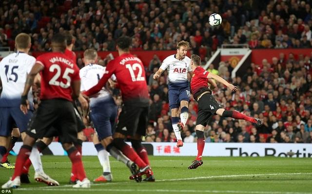 Tuy nhiên, chỉ một thoáng sơ hở của hàng thủ MU là họ phải trả giá, Kane đánh đầu mở tỉ số ở phút 50