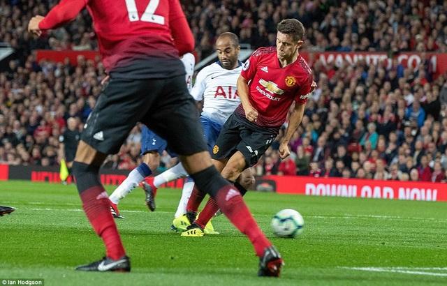 Chỉ hai phút sau khi Kane ghi bàn, Moura đã ghi bàn thắng nhân đôi cách biệt