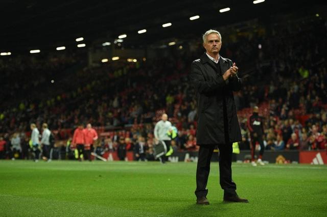 Mourinho cảm ơn người hâm mộ sau trận đấu, giờ đây ông đang như ngồi trên đống lửa khi MU mới chỉ có ba điểm, xếp ở nửa cuối bảng xếp hạng