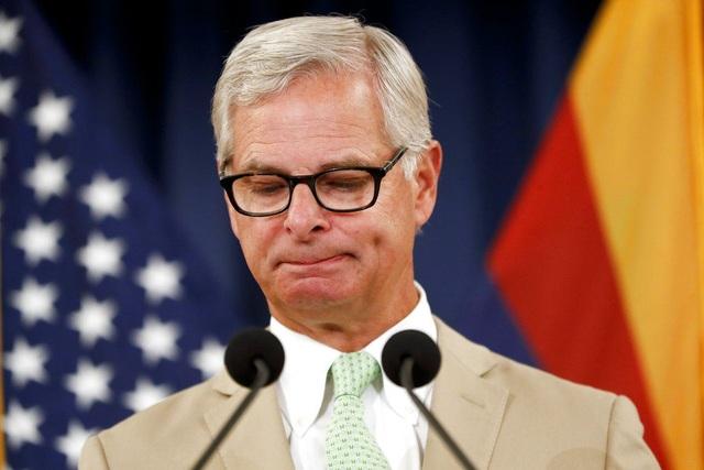 Rick Davis, người phát ngôn của gia đình Thượng nghị sĩ McCain, xúc động khi đọc bức thư cuối cùng gửi người dân Mỹ của ông McCain. (Ảnh: CBS)