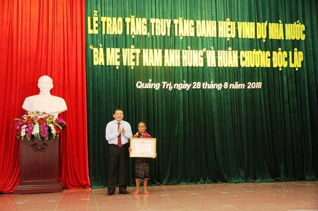 Ông Nguyễn Văn Hùng - UVTW Đảng, Bí thư Tỉnh ủy, Chủ tịch HĐND tỉnh Quảng Trị đã trao danh hiệu Nhà nước cho mẹ Hồ Thị Đi (xã Húc, huyện Hướng Hóa) có chồng và con là liệt sỹ