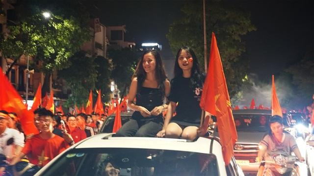 """Người Hà Nội vui """"quên lối về"""" trong đêm Olympic Việt Nam chiến thắng - 17"""