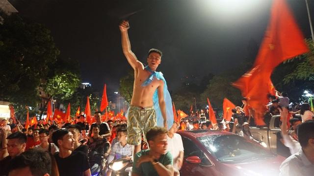 """Người Hà Nội vui """"quên lối về"""" trong đêm Olympic Việt Nam chiến thắng - 16"""