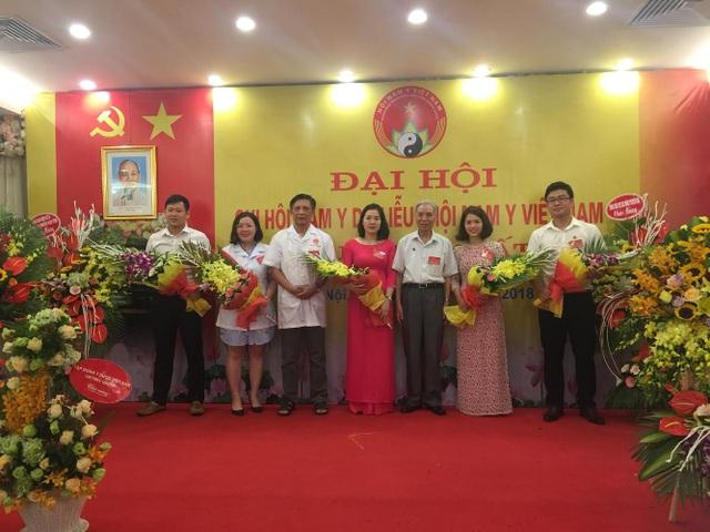 Thầy thuốc Ưu tú, Lương y, Dược sĩ chuyên khoa 2, Chuyên viên cao cấp Nguyễn Đức Đoàn (đứng thứ 3 từ phải sang) cùng các thành viên Hội Nam Y da liễu nhiệm kỳ 2018-2023