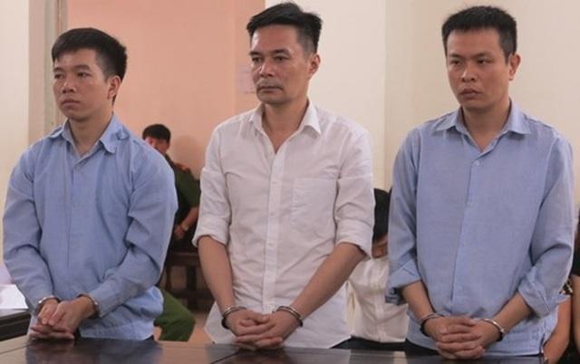 Phạm Minh Hoàng (ngoài cùng, bên phải) cùng các bị cáo liên quan tại phiên tòa.