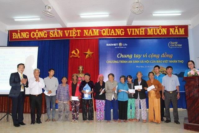 Bảo Việt Nhân thọ tặng quà cho những gia đình chính sách và có công với cách mạng tại tỉnh Phú Yên