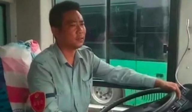 Yun Xi vừa là tài xế lái xe buýt vừa là ông mai