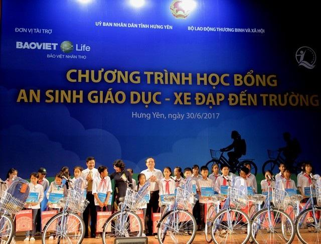 Phó Chủ tịch nước Đặng Thị Ngọc Thịnh đã đến tham dự và trao tặng 100 chiếc xe đạp, ba lô và 100 suất học bổng tiền mặt cho trẻ em hiếu học có hoàn cảnh khó khăn của tỉnh Hưng Yên.