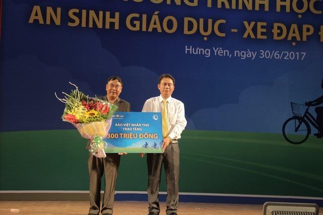 Giám đốc Bảo Việt Nhân thọ Hưng Yên trao tài trợ cho Giám đốc Sở Lao động TBXH tỉnh Hưng Yên.