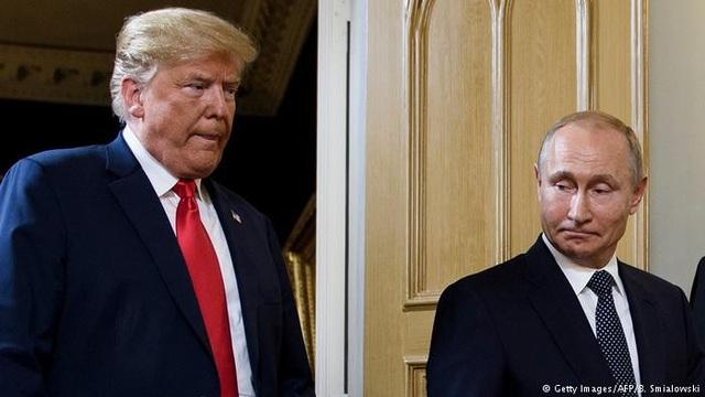 Tổng thống Nga Vladimir Putin gặp người đồng cấp Mỹ Donald Trump tại Phần Lan (Ảnh: AFP)