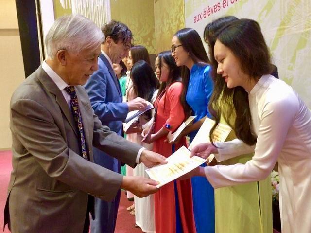 GS Odon Vallet và GS Trần Thanh Vân trao học bổng cho các em sinh viên ưu tú