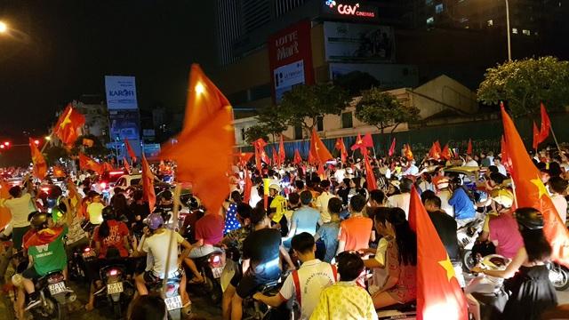 Ngay sau khi trận đấu kết thúc, hàng nghìn cổ động viên đã kéo nhau đổ về khu vực nội thành.