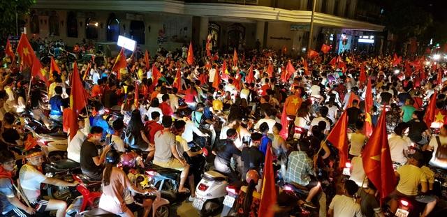 Người dân đứng chôn chân ở ngã tư Hai Bà Trưng - Hàng Bài, reo vang bài ca chiến thắng.