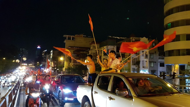 """Người Hà Nội vui """"quên lối về"""" trong đêm Olympic Việt Nam chiến thắng - 4"""