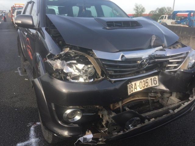 Xe chở dừa nổ lốp trên cao tốc gây tai nạn liên hoàn - 2