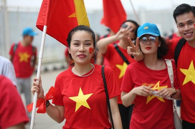 Bóng hồng Việt đổ bộ sân Pakansari tiếp lửa Olympic Việt Nam - 7