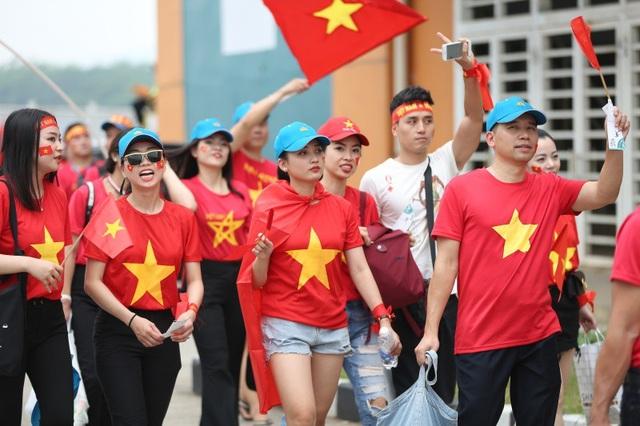 Bóng hồng Việt đổ bộ sân Pakansari tiếp lửa Olympic Việt Nam - 6