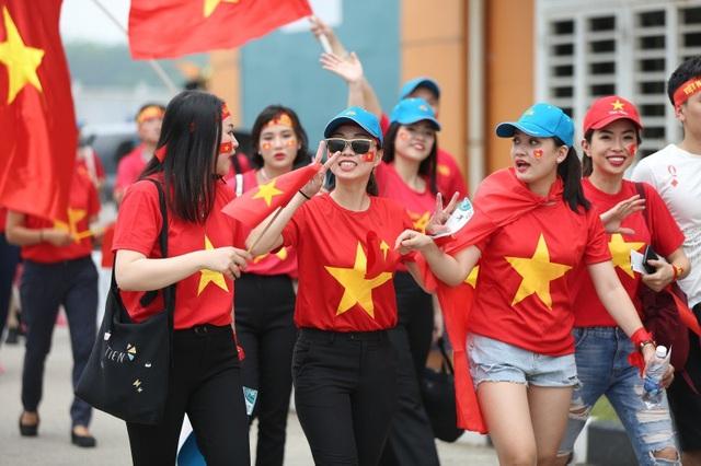 Bóng hồng Việt đổ bộ sân Pakansari tiếp lửa Olympic Việt Nam - 5