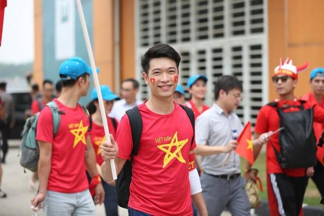 Bóng hồng Việt đổ bộ sân Pakansari tiếp lửa Olympic Việt Nam - 4