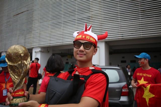 Bóng hồng Việt đổ bộ sân Pakansari tiếp lửa Olympic Việt Nam - 3