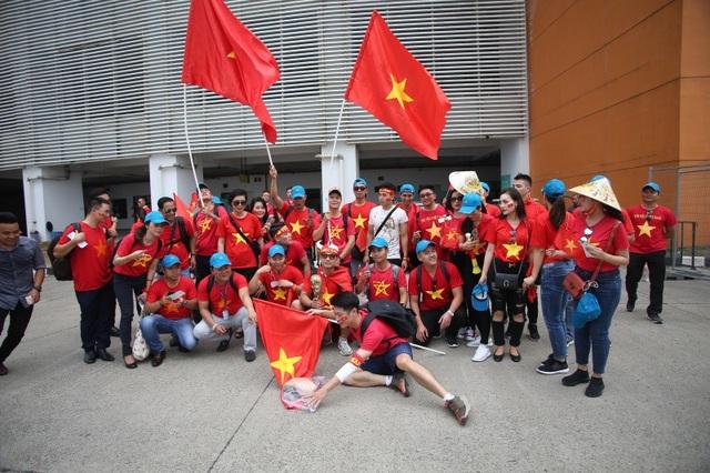 Bóng hồng Việt đổ bộ sân Pakansari tiếp lửa Olympic Việt Nam - 1
