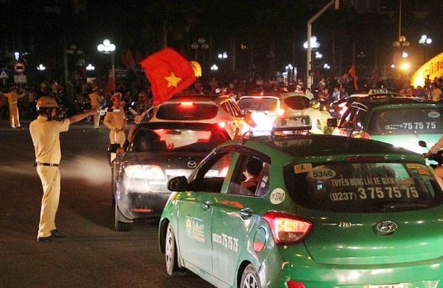 Lực lượng CSGT Công an Thanh Hóa phân luồng giao thông sau trận tứ kết vừa qua