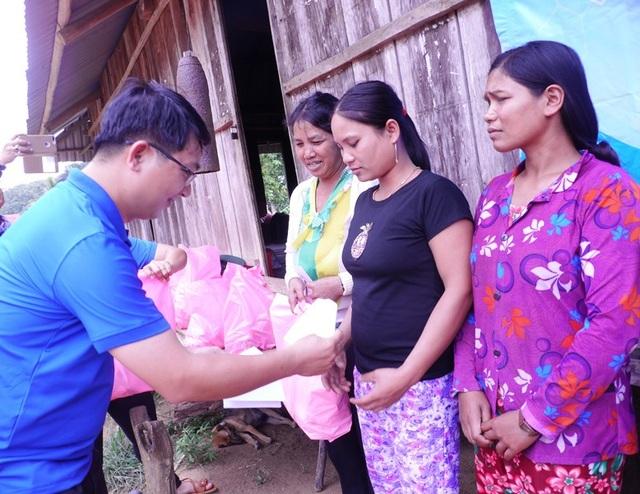 Phó Bí thư Tỉnh đoàn Bình Định Lương Đình Tiên tặng quà cho người đồng bào Bana ở làng 02.