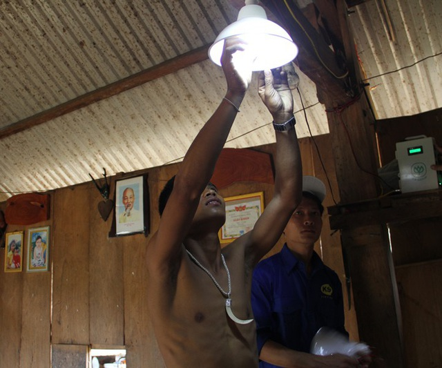 Điện năng lượng mặt trời thắp sáng ở làng 02.