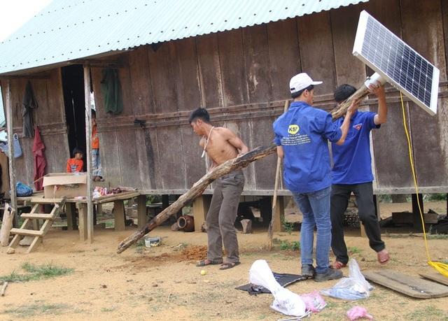 Đoàn viên thanh niên cùng trai làng 02 đang lắp thiết bị điện năng lượng mặt trời.