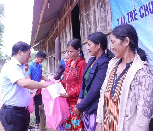 Phó Chủ tịch UBND tỉnh Bình Định Nguyễn Phi Long tặng quà cho bà con làng O2.