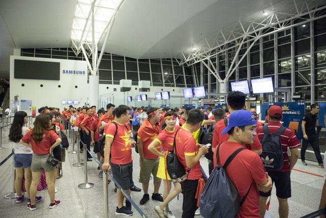 Trong các đoàn đi cổ vũ Olympic Việt Nam ở Indonesia, có nhiều người hâm mộ ở các tỉnh xa Hà Nội như: Hải Phòng, Quảng Ninh, Thanh Hóa, Hải Dương… phải bắt chuyến xe từ đêm hôm trước để kịp có mặt ở Hà Nội đúng giờ bay. Tất cả đều kỳ vọng Olympic Việt Nam sẽ giành chiến thắng trước Hàn Quốc.