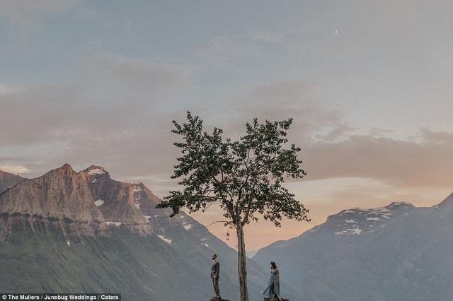 Một cặp đôi chụp ảnh ở công viên quốc gia Glacier, Montana, Canada.