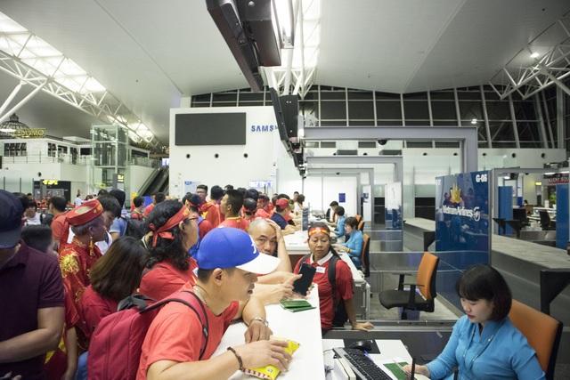 Các quầy vé của Vietnam Airlines nhuộm sắc đỏ của cờ tổ quốc