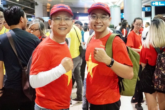 Hàng trăm cổ động viên rợp cờ đỏ, băng rôn sang Indonesia cổ vũ bóng đá - 12