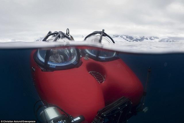 Hai nhà khoa học đang ngồi trong tàu ngầm để chuẩn bị cho cuộc lặn phục vụ nghiên cứu khoa học ở Bán đảo Nam Cực.