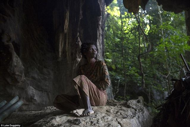 Những người thổ dân Maniq sống trong những dãy núi xa xôi hẻo lánh của Thái Lan. Trong ảnh là một người thổ dân tên Jin. Người Maniq cho tới giờ chỉ còn lại hơn 350 người, họ vẫn duy trì lối sống rất nguyên thủy của mình, đó là kiếm ăn bằng săn bắn, hái lượm và ngủ trong những túp lều. Họ vẫn nói thứ ngôn ngữ riêng của mình và tự chữa bệnh bằng các loại cây rừng.