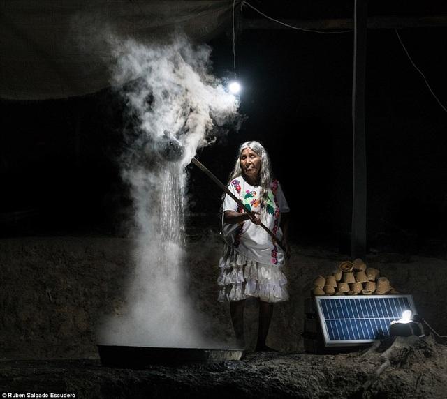 Một bà cụ đang làm đường mía panela tại nhà ở bang Guerrero, Mexico.