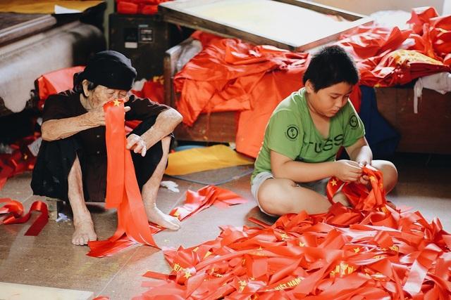 """Xưởng sản xuất """"nhuộm"""" sắc đỏ, từ người già, đến trẻ nhỏ ai nấy đều luôn chân luôn tay từ sáng đến đêm."""