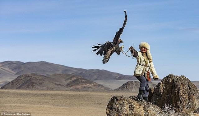 Cô gái huấn luyện đại bàng săn mồi. Ảnh chụp ở dãy núi Altai, Mông Cổ.