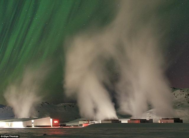 Nhà máy điện Hellisheidi ở Iceland và bầu trời Bắc Cực Quang.
