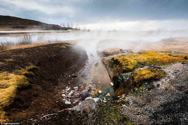 Bức ảnh chụp miệng núi lửa vẫn còn đang hoạt động ở Iceland.
