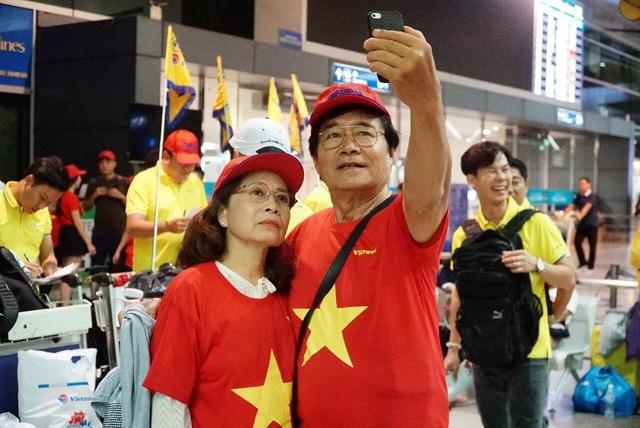 Nhiều cổ động viên lớn tuổi cũng không bỏ lỡ cơ hội tiếp lửa cho đội tuyển Việt Nam tại trận đấu lịch sử