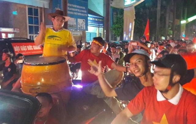 Cổ động viên Thanh Hóa xuống đường ăn mừng sau trận tứ kết.
