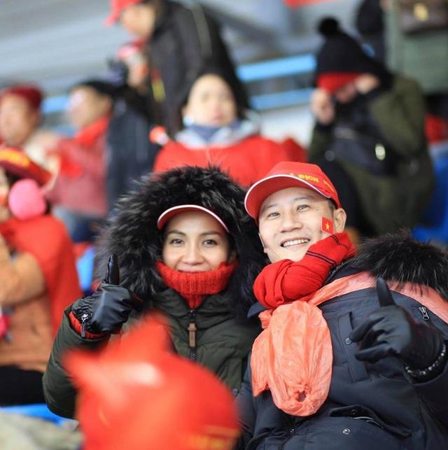 Hình ảnh vợ chồng Hoàng Bách trong chuyến đi Thường Châu cổ vũ U23 Việt Nam.