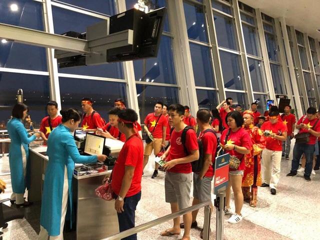 Ngay từ sáng sớm, hàng trăm cổ động viên Việt Nam rợp cờ đỏ sao vàng đã có mặt tại sân bay Nội Bài (Hà Nội) theo chuyến bay sớm nhất sang Indonesia để cổ vũ trận bán kết giữa Olympic Việt Nam và Hàn Quốc.