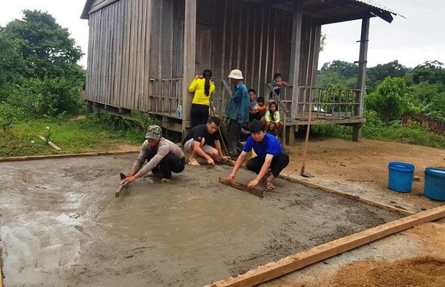 Đoàn viên thanh niên làm sân chơi cho trẻ em ở làng đồng bào Bana ở 02.