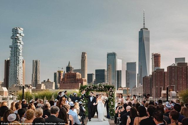 Một hôn lễ tổ chức ngoài trời ở New York (Mỹ).