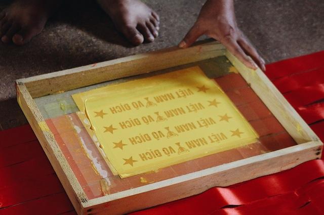 Ước tính mỗi ngày xưởng nhà anh Phục xuất đi khoảng 10.000 cờ Tổ quốc cỡ 80 x 1m2 và mấy vạn băng rôn, áo cờ đỏ, miếng rán mặt,… không thể thống kê chính xác bởi số lượng quá lớn và liên tục.